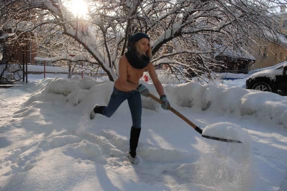 v-snegu-golie-foto