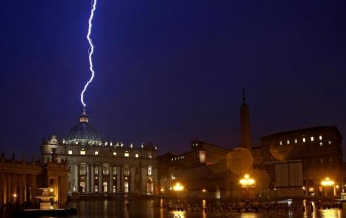 После заявления Папы Римского об отставке в купол главного собора ударила молния (Фото)