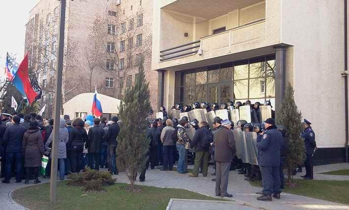 """Пророссийские сепаратисты пикетируют офис ИСД в Донецке. Говорят, """"Татута - хунта и фашист"""" (Фото)"""