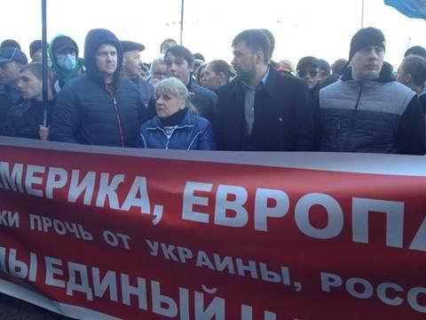 Сепаратисты пикетируют Донецкий областной совет. Требуют отчета о референдуме (Фото)