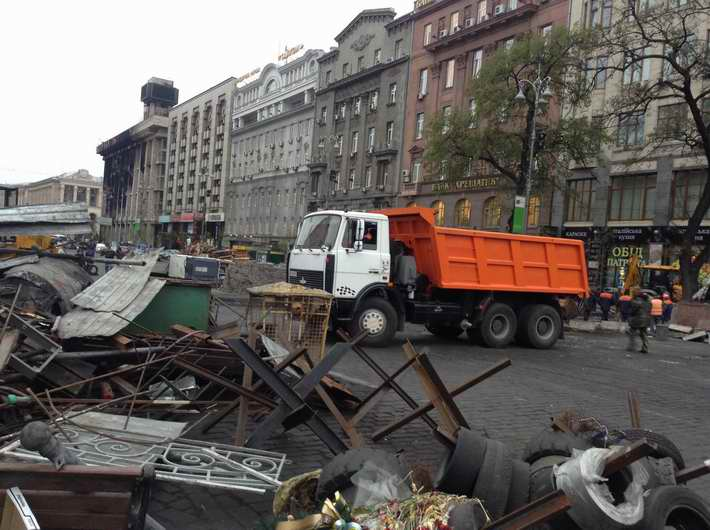 На Майдане коммунальщики начали разбирать баррикады (Фото)