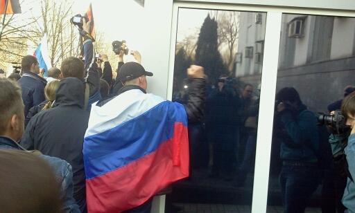 ДОПОЛНЕНО. Пророссийские активисты пошли на штурм управления СБУ в Донецке (Фото)