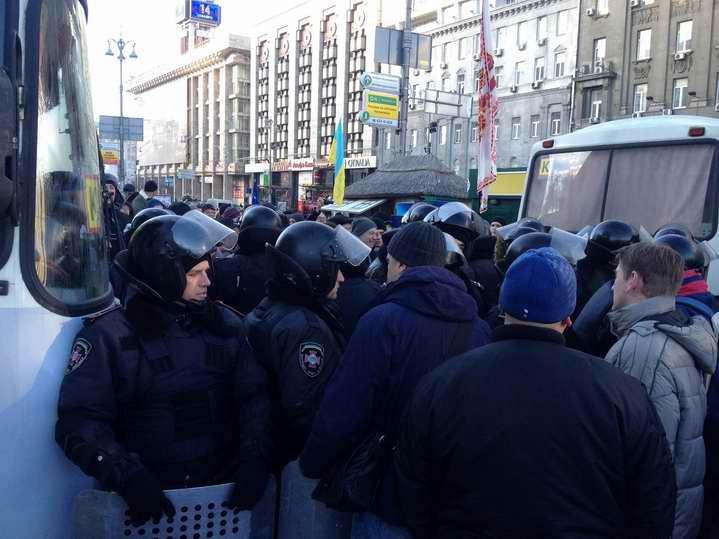 Евромайдан и Антимайдан разделяют автобусы, грузовики и правоохранители (Фото)