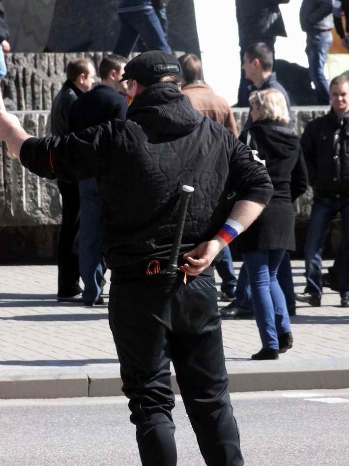 """ФОТОФАКТ. """"Мирные"""" сепаратисты в Донецке ходят на митинги с битами"""