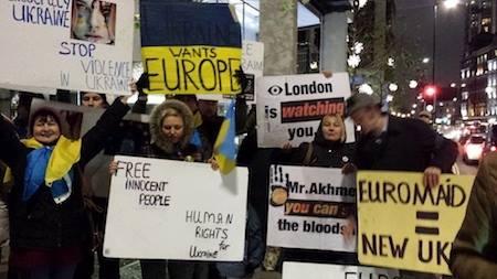 Под окна лондонских апартаментов Ахметова пришел импровизированный Евромайдан (Фото)
