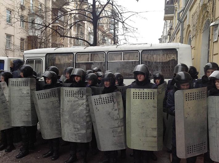 Милиция в ожидании Януковича перекрыла все подъезды и походы к зданию МВД. Будут песни (Фото)