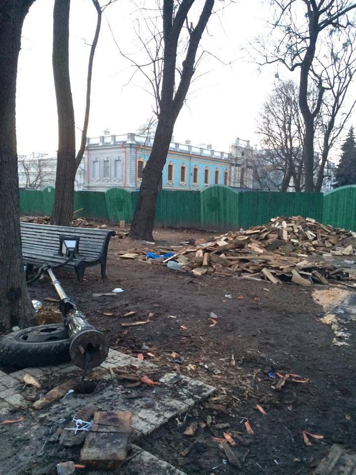 ФОТОФАКТ. После нас хоть потоп... Антимайдан регионалов оставил в Мариинском парке горы мусора и разбитые фонари