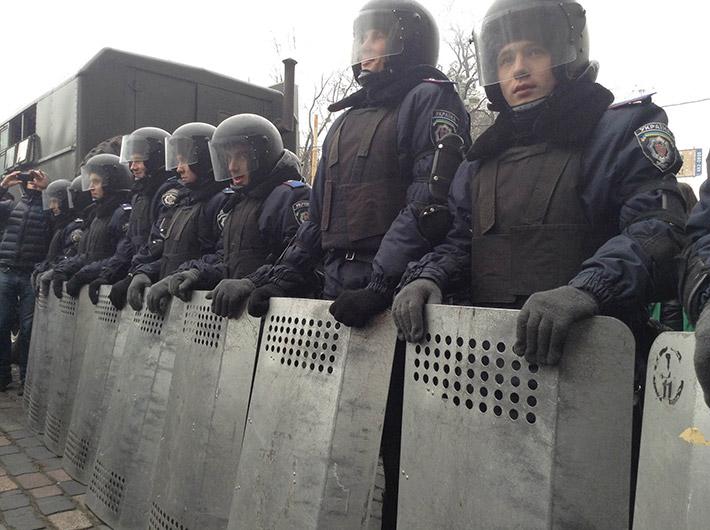 Месяц со дня разгона Евромайдана. Активисты пришли к правоохранителям с зеркалами, чтобы те посмотрели себе в глаза (Фото)