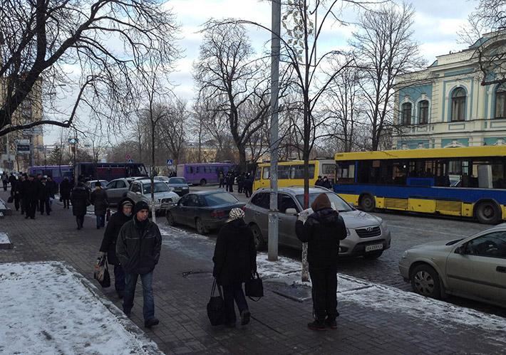 """Янукович ночует на Банковой, его пугливый сон охраняет """"Беркут"""""""