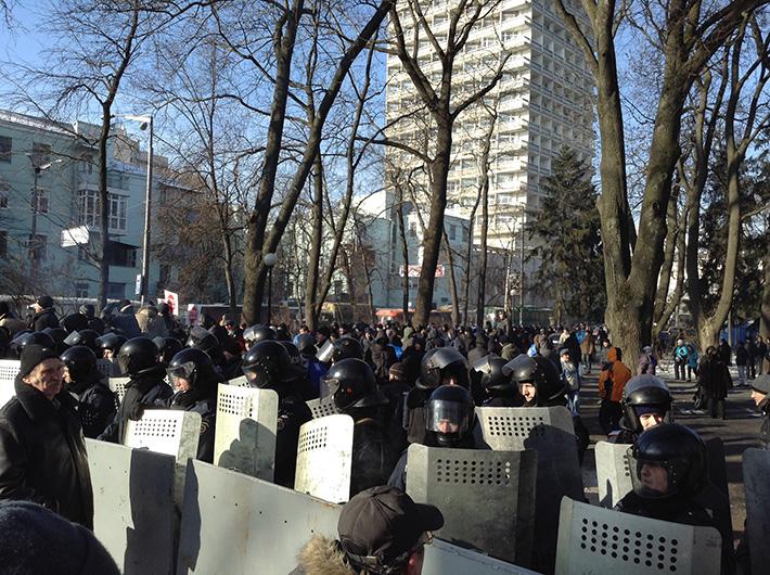 """Активисты Евромайдана подошли к Мариинскому парку. Их встретили криками """"Нет фашизму!"""" (Фото)"""