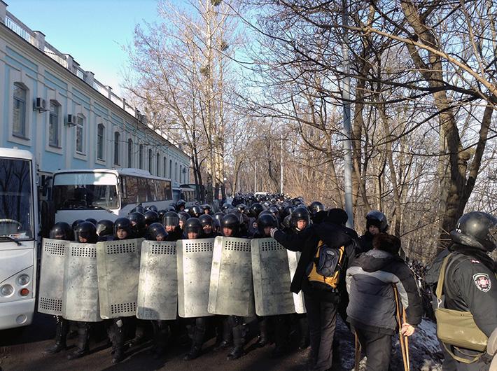 Протестующие, обойдя вокруг заблокированной войсками Рады, возвращаются на Майдан (Фото)