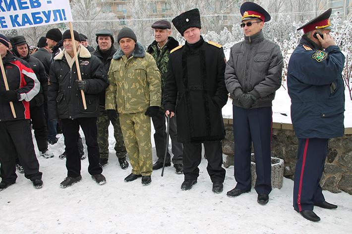Как под стенами прокуратуры многолюдный донецкий Антимайдан разогнал горстку оппозиционеров. Фоторепортаж