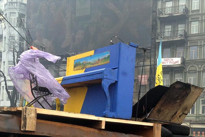 Искусство против оружия. На баррикадах в Киеве проходит концерт для правоохранителей (Фото)