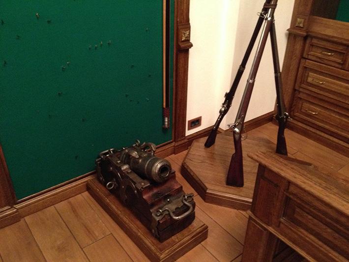 """ФОТОФАКТ. Вооружен и очень опасен. Оружейная комната Януковича в """"Межигорье"""""""