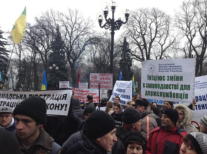 Активисты Евромайдана окружили Верховную Раду и пригнали ко входу БТР (Фото)