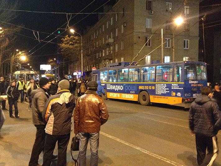 В центре Донецка сторонники Губарева оставили после себя сломанные троллейбусы и горы мусора, фото-1