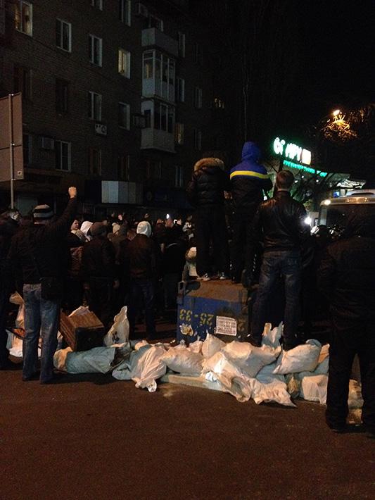 В центре Донецка сторонники Губарева оставили после себя сломанные троллейбусы и горы мусора, фото-2