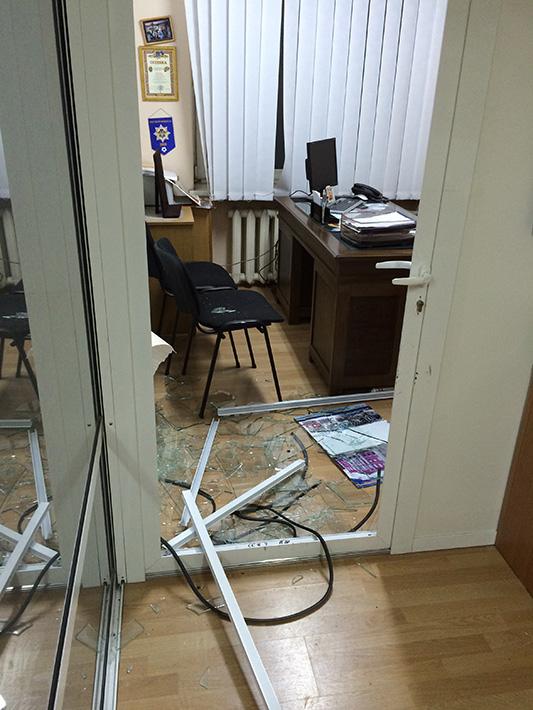 ФОТОФАКТ: Пророссийские активисты громили музей ветеранов в здании прокуратуры Донецкой области