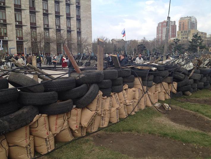 ФОТОФАКТ. Обыкновенный вандализм - сепаратисты уничтожили системы полива на клумбах возле ОГА