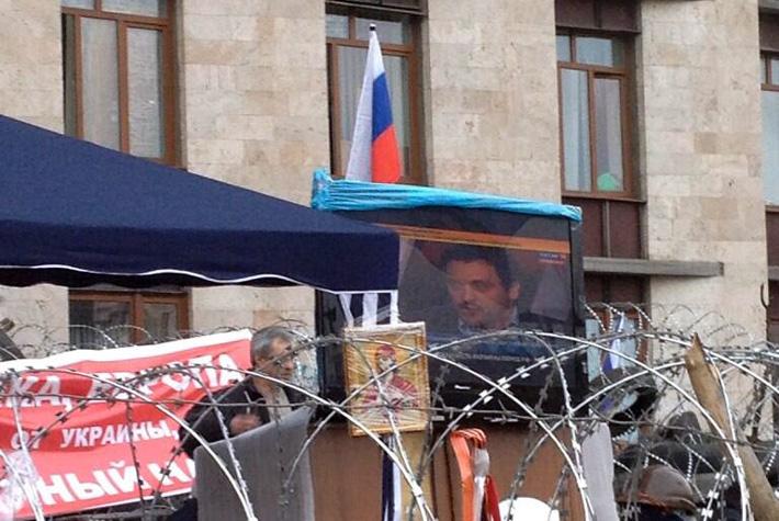 ФОТОФАКТ. Донецкие сепаратисты наладили на баррикадах трансляцию запрещенного российского телеканала