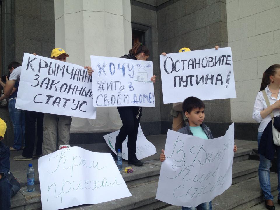 ФОТОФАКТ. Беженцы из Донбасса под Радой требуют предоставить им статус переселенцев