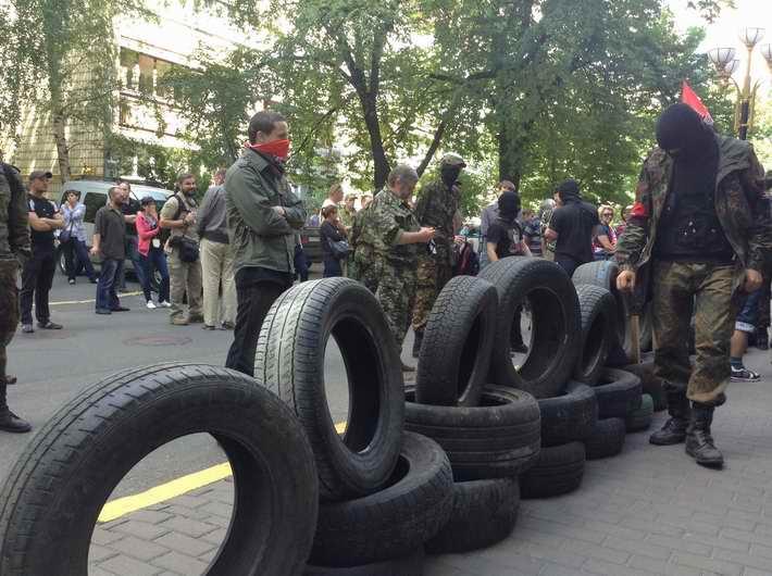 """ФОТОФАКТ. """"Правый сектор"""" продолжает пикетировать Генеральную прокуратуру Украины, требуя отставки киевского прокурора. Принесли шины."""