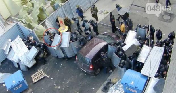 В сети появились подтверждения того, что милиция прикрывала автоматчика, стреляющего по участникам проукраинского митинга (Фото)