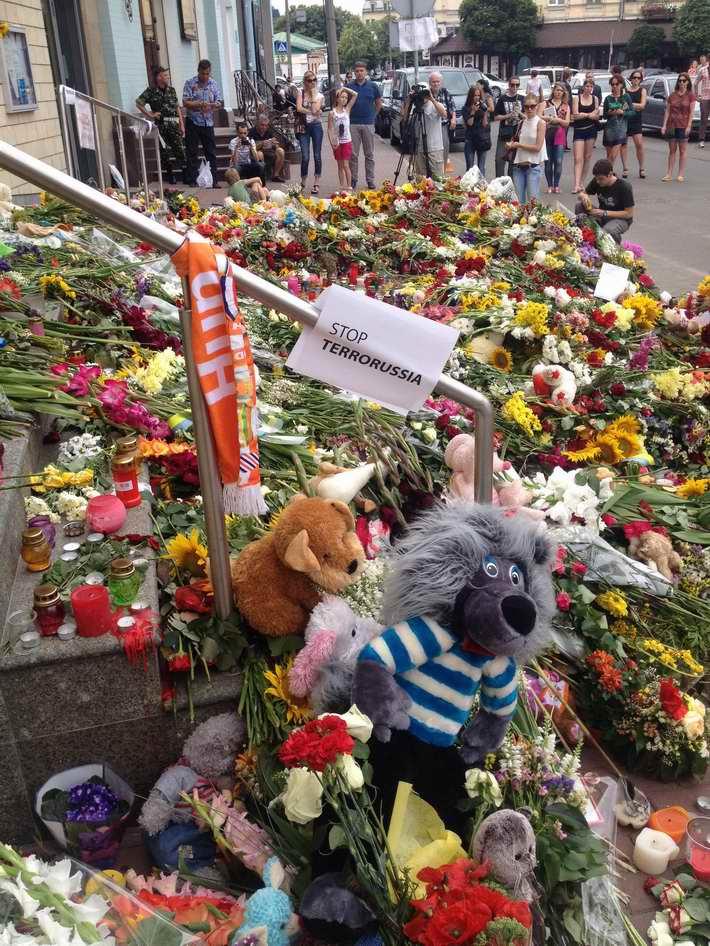ФОТОФАКТ. Киевляне несут цветы, свечи и мягкие игрушки к Посольству Нидерландов в Украине