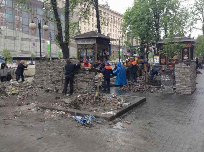 ФОТОФАКТ. А тем временем в Киеве. На Майдане продолжают разбирать баррикады и вывозить мусор