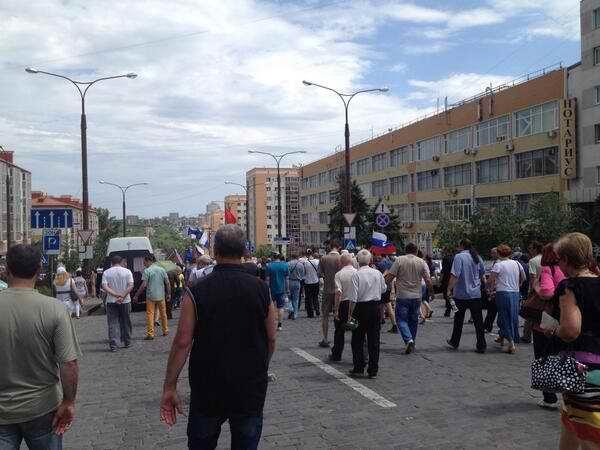 Участники митинга против проведения выборов президента в Донецке двинулись громить резиденцию Ахметова (Фото)