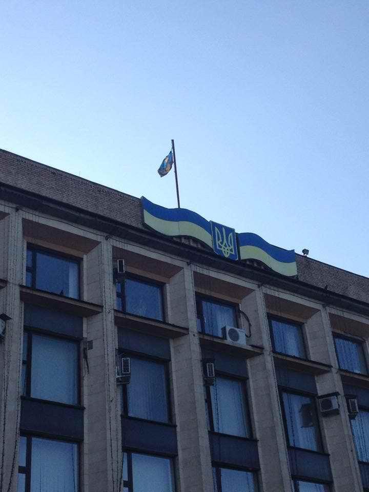 ФОТОФАКТ. Пал последний бастион: Донецкий городской совет снял украинский флаг