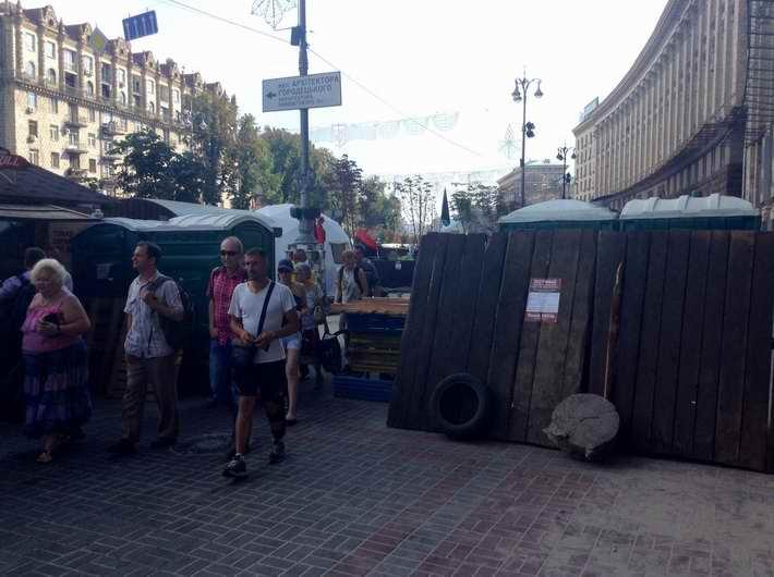 На Майдане в Киеве возводят новые баррикады из биотуалетов и готовятся к внеочередному Вече (Фото)