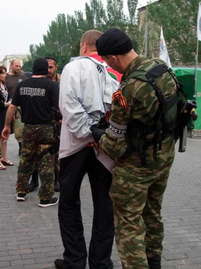 """ФОТОФАКТ. Ополченцы батальона """"Восток"""" задерживают активистов ДНР, называя их мародерами"""