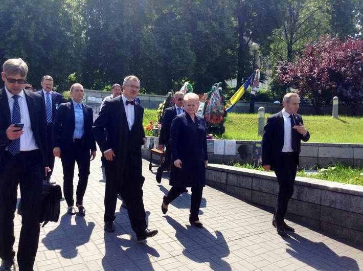 VIP-гости Порошенко пришли на Майдан почтить память Героев Небесной Сотни. ФОТО
