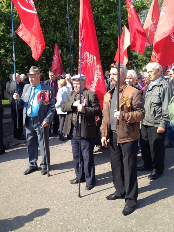 Коммунисты проводят немногочисленное шествие в центре Донецка (Фото)