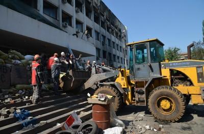В Мариуполе металлурги чистили город от баррикад (Фото)