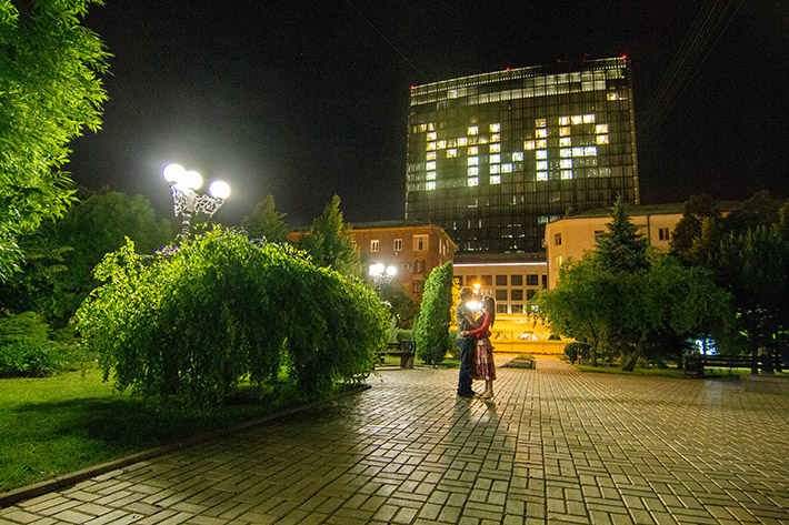 """ФОТОФАКТ. На крупном бизнес-центре в Донецке ночью засветилась надпись """"МИР"""""""