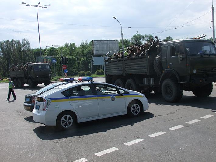 ФОТОФАКТ. Вооруженные сторонники Донецкой народной республики приехали в аэропорт Донецка