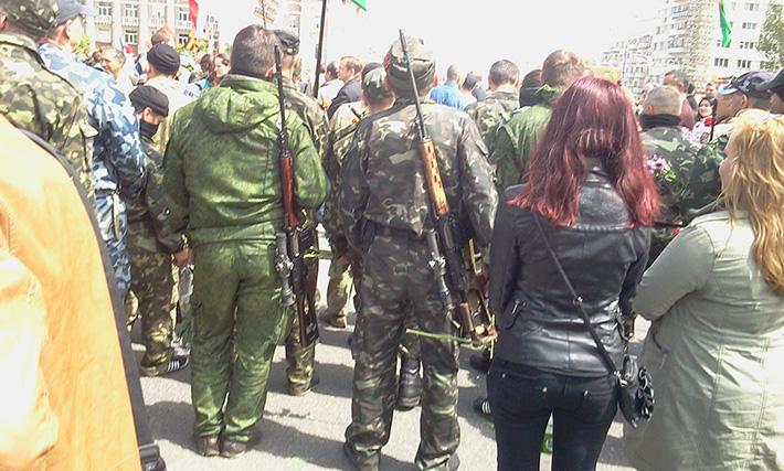 """Стреляли в воздух. Батальон """"Восток"""" салютом почтил память своих погибших бойцов (Фото)"""