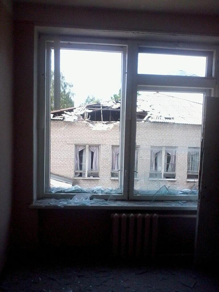 ФОТОФАКТ. В школу №13 в Славянске попал снаряд