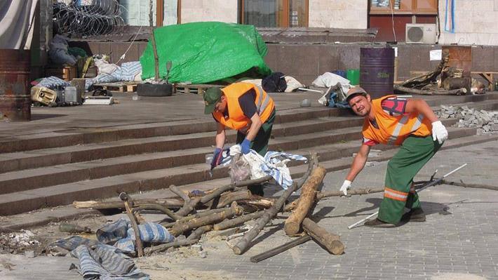 ФОТОФАКТ. Коммунальщики Донецка без помощи ДНР наводят порядок на месте баррикад возле захваченной Донецкой ОГА