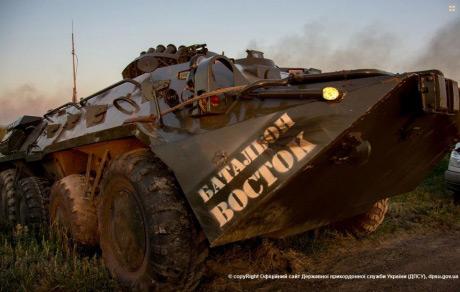 ФОТОФАКТ. Украинские силовики на границе с Россией уничтожили военные грузовики и БТРы