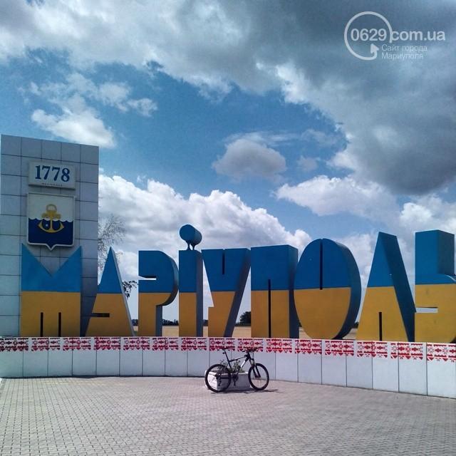Освобожденный Мариуполь встречает водителей украинским флагом и «вышиванками» (Фото)