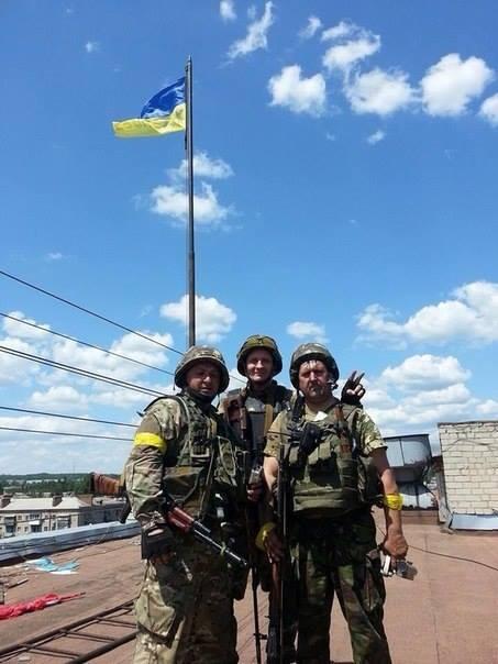Над горсоветом Славянска поднят Государственный флаг Украины (Фото)