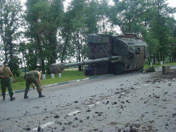 В России по пути к украинской границе перевернулся танк (Фото)
