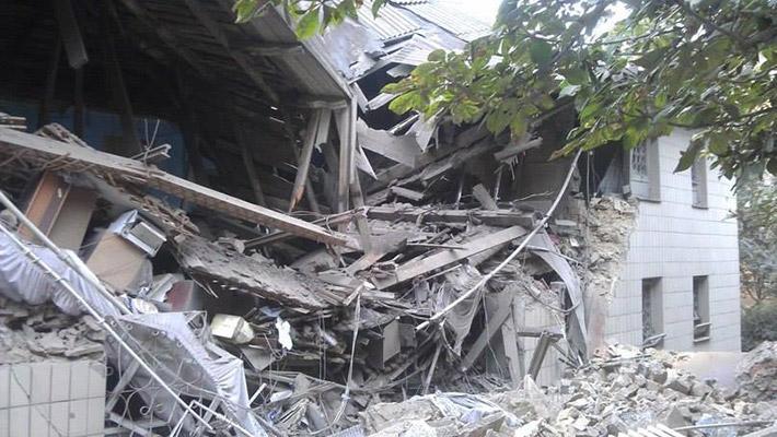 Два жилых дома и здание налоговой пострадали в результате авиаудара по Снежному. Эксперт уверен в работе российской авиации