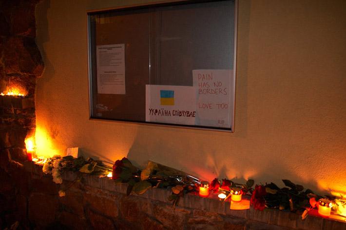 ФОТОФАКТ. Киевляне принесли под посольство Малайзии цветы и зажгли свечи в связи с крушением самолета в Донецкой области