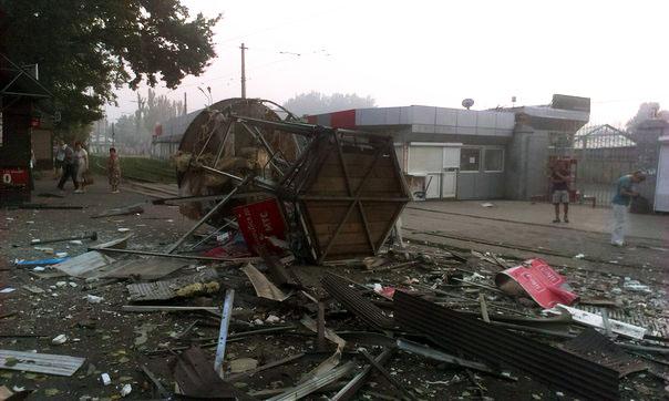 ФОТОФАКТ. Последствия артобстрела одного из спальных района Донецка. Снаряды попали в рынок