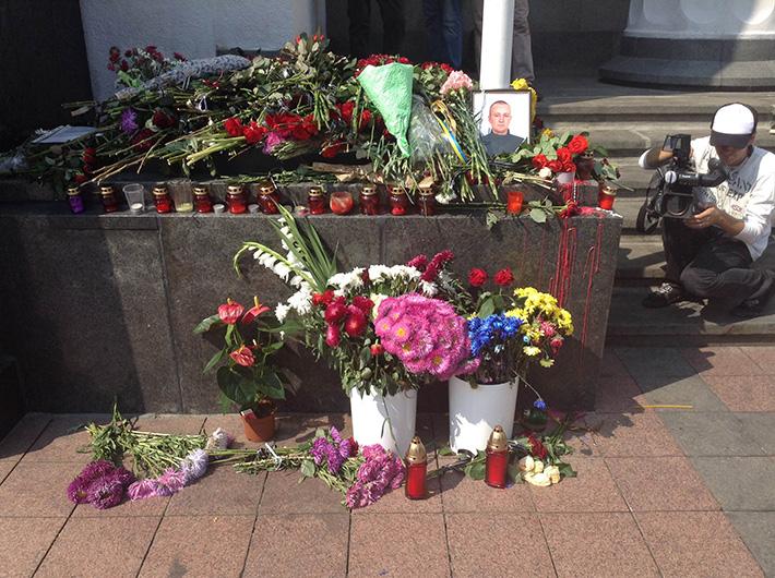 К зданию Верховной Рады несут цветы в память о погибших