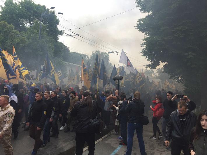 «Требования нации— нет капитуляции»: «Азов» пришел под стены парламента